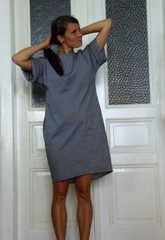 Becasina v Japonsku Jemná kostička, rozšířené rukávy, které lze ohrnout jako košili...Vpředu kratší, vzadu delší a do oválu střižené. Lodičkový výstřih. S modrými kapsami!! Volnější /oversize/ M.