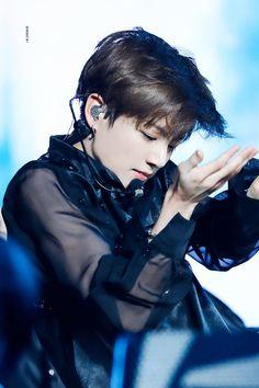 Whyyyyyyy Jeon jungkook stob it Kookie Bts, Jungkook Oppa, Bts Bangtan Boy, Taehyung, Jung Kook, Busan, Billboard Music Awards, Foto Bts, Jikook