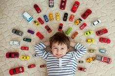 chłopiec i samochody