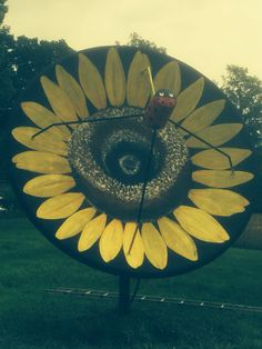 Huge sunflower made out of old large satelite dish Dish Garden, Garden Shop, Garden Yard Ideas, Backyard Ideas, Satellite Dish, Garden Ornaments, Outdoor Projects, Yard Art, Making Out