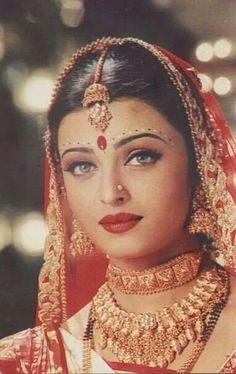 Aishwarya Vintage Bollywood, Indian Bollywood, Bollywood Fashion, Bollywood Makeup, Indian Sarees, Actress Aishwarya Rai, Aishwarya Rai Bachchan, Bollywood Actress, Pakistani Bridal Wear