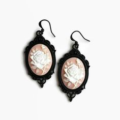 Ehi, ho trovato questa fantastica inserzione di Etsy su https://www.etsy.com/it/listing/267472419/goth-cameo-flower-earrings-in-rose-peach