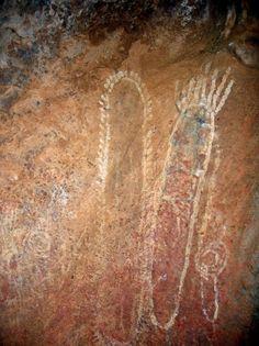 Earth Chakra ----- Aboriginal (Anangu) cave paintings at Uluru Ancient Aliens, Ancient Art, Ancient Alphabets, Cave Drawings, Ayers Rock, Indigenous Art, Aboriginal Art, Tribal Art, Stone Art