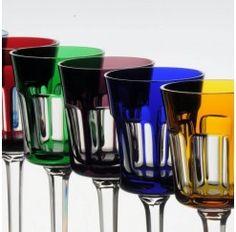 Juego de 6 copas de vino en cristal de Sèvres fabricadas a mano, disponible en 2 tallas diferentes y decoradas a fuego en distintos colores. Los maestros vidrieros de Sèvres que controlan la calidad de sus productos aseguran utilizar tres criterios para ello: la perfección a la vista, el sonido exacto al oído y por último, la aprobación del alma.