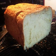 Wondering how to make gluten-free bread in a bread machine? Here's an easy recipe you can try. Gluten Free Bread Maker, Bread Maker Recipes, Gluten Free Flour, Gluten Free Baking, Best Gluten Free Bread Machine Recipe, Gluten Free Breadmaker Recipe, Dairy Free, Grain Free, Pan Sin Gluten