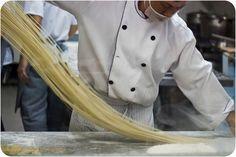 ...aprendemos como é feito o macarrão tradicional chinês, em um dos melhores e mais aclamados restaurantes da região, o Rong He [Rua da Glória, 622-a - Liberdade, São Paulo, SP.