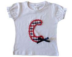 Camiseta para chica con inicial en tela de cuadros rojo y navy, piculina roja y lazo navi. 24€