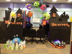 Call center halloween pod decor Monster university Halloween Cubicle, Halloween Office, Theme Halloween, Halloween Food For Party, Halloween Crafts, Halloween Ideas, Happy Halloween, Diy Office Desk, Office Fun