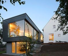 Zwischen-Raum Design Exterior, Roof Design, House Design, Design Studio, Glass Wall Design, Roof Decoration, German Houses, Weatherboard House, Architecture Résidentielle