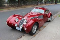 The Devaux Coupe is an Australian automobile built from 2001 and still is. Designed by David J Clash in Australia. Named after David's mother's maiden name, the car itself was inspired coach builders like the Bugatti designs. Auto Retro, Retro Cars, Bugatti, Maserati, Cars Vintage, Art Deco Car, Classy Cars, Unique Cars, Amazing Cars