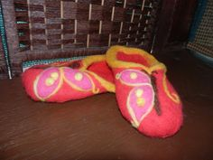 Red felt slippers by CoxayuyoArtesanias on Etsy