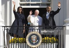 US President Barack Obama, First Lady Michelle Obama and Pope Francis wave during an arrival ceremony on the South Lawn of the White House in Washington, DC, September 23, 2015. More than 15,000 people packed the South Lawn for a full ceremonial welcome on Pope Francis' historic maiden visit to the United States. AFP PHOTO / JIM WATSON