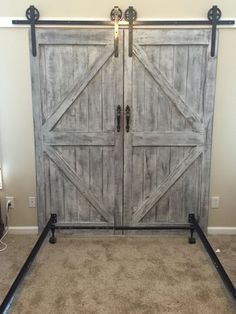 Tailor-made barn door headboard queen with by MakeItBuildItLoveIt barnhomes ru .Tailor-made barn door headboard with queen by MakeItBuildItLoveIt barnhomes rustic barn money-saving DIY headboard ideas worth trying out for every home - SimphomeBarn door Diy Barn Door Plans, Barn Door Decor, Rustic Barn Doors, Barnwood Doors, Barn Wood, Making Barn Doors, Barn Door Track, Inside Barn Doors, Interior Barn Doors