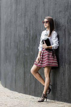 camila coelho  Saia: H&M | Camisa: Theory | Sandália: Carmen Steffens | Óculos: Fendi | Bolsa: Chanel