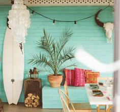 We've compiled 10 of the most awesome home ideas we could find, on how to incorporate the color Turquoise into your Home! Bathroom, Kitchen, Lounge Room, Interior to Exterior inspo that'll blow your mind! Chic Beach House, Beach Cottage Style, Beach Cottage Decor, Surf Shack, Beach Shack, Surfboard Decor, Surf Decor, Decoration Surf, Surfer Bedroom
