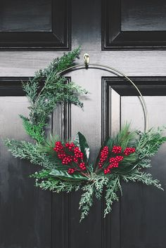 How to Style a Front Porch Gorgeous modern gold hoop Christmas wreath on a black door Crochet Simple Christmas Wreath Ornament - # Crochet Wreath Ornamen. Bohemian Christmas, Natural Christmas, Modern Christmas, Rustic Christmas, Simple Christmas, Christmas Home, Christmas Crafts, Christmas Ideas, Winter Wedding Decorations