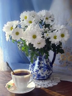 Find beauty everywhere I Love Coffee, Coffee Art, My Coffee, Coffee Time, Sunflowers And Daisies, Tea Cup Set, New Years Decorations, Coffee Photography, Beautiful Roses
