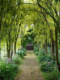 Scenic gardens at Haseley Court in Oxfordshire, England (by geishaboy500).