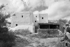 Traditional Finca of Ibiza, an ancient bioclimatic and sustainable architecture Mediterranean Architecture, Architecture Old, Sustainable Architecture, Gaston Bachelard, Architect Jobs, Rural House, Ibiza Spain, Stone Cottages, Ibiza Fashion