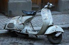 Love the retro-futuristic style. Scooters Vespa, Vespa Ape, Piaggio Vespa, Lambretta Scooter, Scooter Motorcycle, Motor Scooters, Vintage Bikes, Vintage Motorcycles, Vintage Cars
