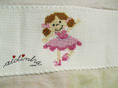 Foto da boneca, em ponto cruz, do lençol infantil