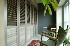 ルーバー付きのウッドシャッターの先は寝室。インナーテラス越しに光と風がコントロールできます。