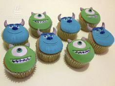 Cupcakes de Mike Wazowski y Sulley de Monsters Inc. Cubierta de mazapán de leche / Monsters Inc. cupcakes covered with milk marzipan.