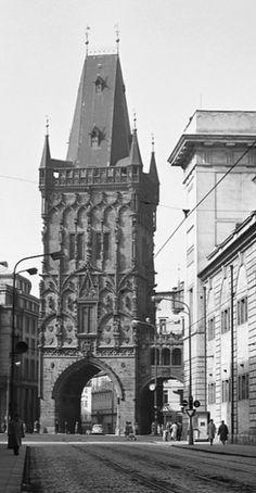 Pohled na Prašnou bránu (4415) • Praha, březen 1966 •   černobílá fotografie, Prašná brána, Hybernská ulice • black and white photograph, Prague 