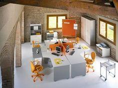 Elige entre nuestras mesas de oficina con sistema de recogida de cables y olvídate del desorden que suelen causar.