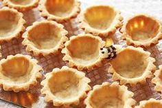 mini tart shell how-to. It's perfect-Fill with lemon curd or chocolate pudding and top with whipped topping. Mini Desserts, Delicious Desserts, Yummy Food, Sweets Recipes, Baking Recipes, Cheesecakes, Kos, Mini Tartlets, Mini Tart Shells