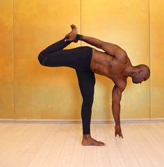When Keith Mitchell, the former NFL linebacker turned yogi stopped by Yoga Shanti in Manhattan recently, he showed us a few moves (featured below) to help create space in the lower back. He teaches… Yoga Poses For Men, Yoga For Men, Arm Yoga, Yoga For Back Pain, Yoga Philosophy, Pranayama, Yoga Fashion, Yoga Sequences, Best Yoga