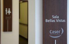Caser, Residencial La Moraleja. Señalización Interior. Detalle placas estancia realizada en madera y vinilo acerado.