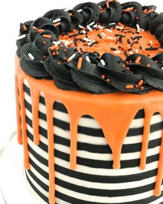 Halloween Desserts, Spooky Halloween Cakes, Bolo Halloween, Halloween Torte, Halloween Backen, Pasteles Halloween, Fete Halloween, Halloween Cupcakes, Halloween Cake Decorations
