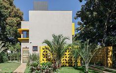 A casa de 130 m², projetada em Brasília pelo arquiteto Ney Lima, exibe linhas modernistas dos anos 1960, além de elementos vazados com formato geométrico. Paisagismo da Freiman Jardins