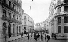 Esquina de la Gran Vía con la calle Reyes Católicos con el edificio de Correos y Telégrafos.