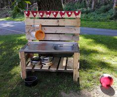 Wir haben eine Matschküche gebaut. Ganz einfach! Hier lässt sich herrlich Matsche zubereiten. Lecker! Matschen macht Spaß!