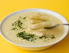 Spargel ist ein wertvolles Gemüse. Schmeißen Sie Schalen und Endstücke nicht weg, sondern kochen Sie daraus eine leckere Spargelsuppe.
