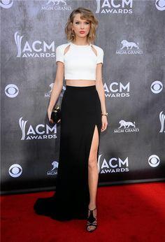 Taylor Swift deslumbró con un look 'black&white' de J Mendel compuesto de 'crop top' y falda larga con sensual abertura lateral.    Lo ...
