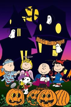 Peanuts characters dressed in costume in front of a haunted house. It wouldn't be Halloween without Charlie Brown and the Peanuts gang. Charlie Brown Halloween, Snoopy Halloween, Charlie Brown Und Snoopy, Feliz Halloween, Great Pumpkin Charlie Brown, Fröhliches Halloween, Halloween Images, Holidays Halloween, Vintage Halloween