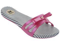 """Jonge, frisse, vrolijke, eigenzinnige slipper voor jong en oud…  In Brazilië een war hype! De slippers van Zaxy hebben niet voor niets een trendy en uitgesproken vrouwelijke uitstraling. """"Hug your feet"""" is de slogan die Zaxy aan haar slippers meegeeft. Een feest voor je voeten.  Slipperwereld heeft de Zaxy Like slippers in het zwart en roze, super gaaf voor deze zomer.   Verkrijgbaar in de maten 37, 38, 39, 40, 41/42"""