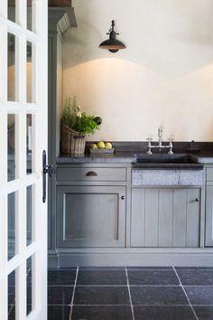 Landelijke keuken in grijstinten | Mooie combinatie van natuurlijke materialen zoals Belgisch hardsteen en houten keuken.