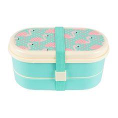 Deze handige bento box bestaat uit 2 compartimenten met bijpassende lepel en vork. Ideaal voor onderweg. De bento box is de Japanse variant van wat wij kennen als een lunchtrommel of broodtrommel. #sassandbelle #bentobox #flamingo #lunchbox #broodtrommel #engeltjesendraken