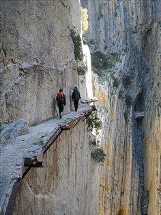 OK, questo sarebbe solo assolutamente snervare me!  Caminito del Rey attraverso il Desfiladero de los Gaitanes, Provincia di Málaga, Spain.The passerella è a soli 3 piedi 3 pollici di larghezza, e si alza più di 350 piedi sopra il fiume sottostante .: