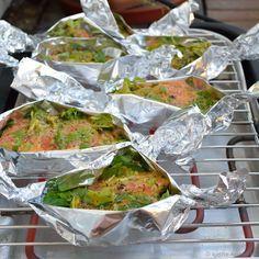 Gegrillter Lachs in Honig-Senf Marinade Wenn wir Lust haben zu grillen, das Ganze aber flott gehen soll, dann entscheiden wir uns oft für den E-Grill. Den können wir ohne Probleme auf Balkonien aufstellen und er ist schnell einsatzbereit. Da gab es letztens schon den gegrillten Wolfsbarsch und diesmal hatten wir Lachsfilets in kleinen Alufolienpäckchen mit...Weiterlesen »