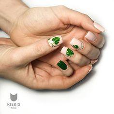 25 Awesome Nail Arts for Creative Person - Tropical leaves nails art Spring Nail Art, Spring Nails, Summer Nails, Diy Nails, Cute Nails, Nail Art Designs, Nail Design, Nagel Stamping, Nail Polish