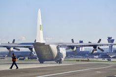 Lockheed L-100-30 C-130 Hercules N401LC transporting an engine. Lynden Air Cargo. San Francisco Airport. 2017.