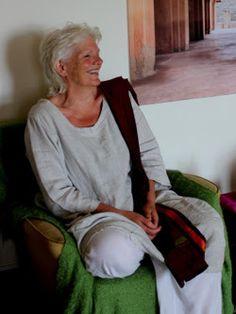 Als je je aandacht verliest voor al je gedachten en verhalen, kun je je ontspannen in hoe het Nu is. ~ Rita Bouwman