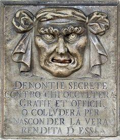 Une « bouche de lion », boite aux lettres pour les dénonciations anonymes au palais des Doges, à Venise (Italie). Traduction de l'inscription dans la pierre: « Dénonciations secrètes contre toute personne qui dissimule des faveurs ou des services, ou qui cherche à cacher ses vrais revenus ».