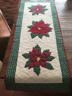 Christmas Tree Quilt, Christmas Applique, Christmas Sewing, Embroidered Quilts, Small Sewing Projects, Machine Quilting Designs, Table Runner Pattern, Art N Craft, Quilted Table Runners