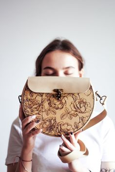 Handmade Handbags, Leather Bags Handmade, Handmade Bags, Leather Craft, Leather Notepad, Gravure Laser, Leather Diary, Drawing Bag, Wooden Bag